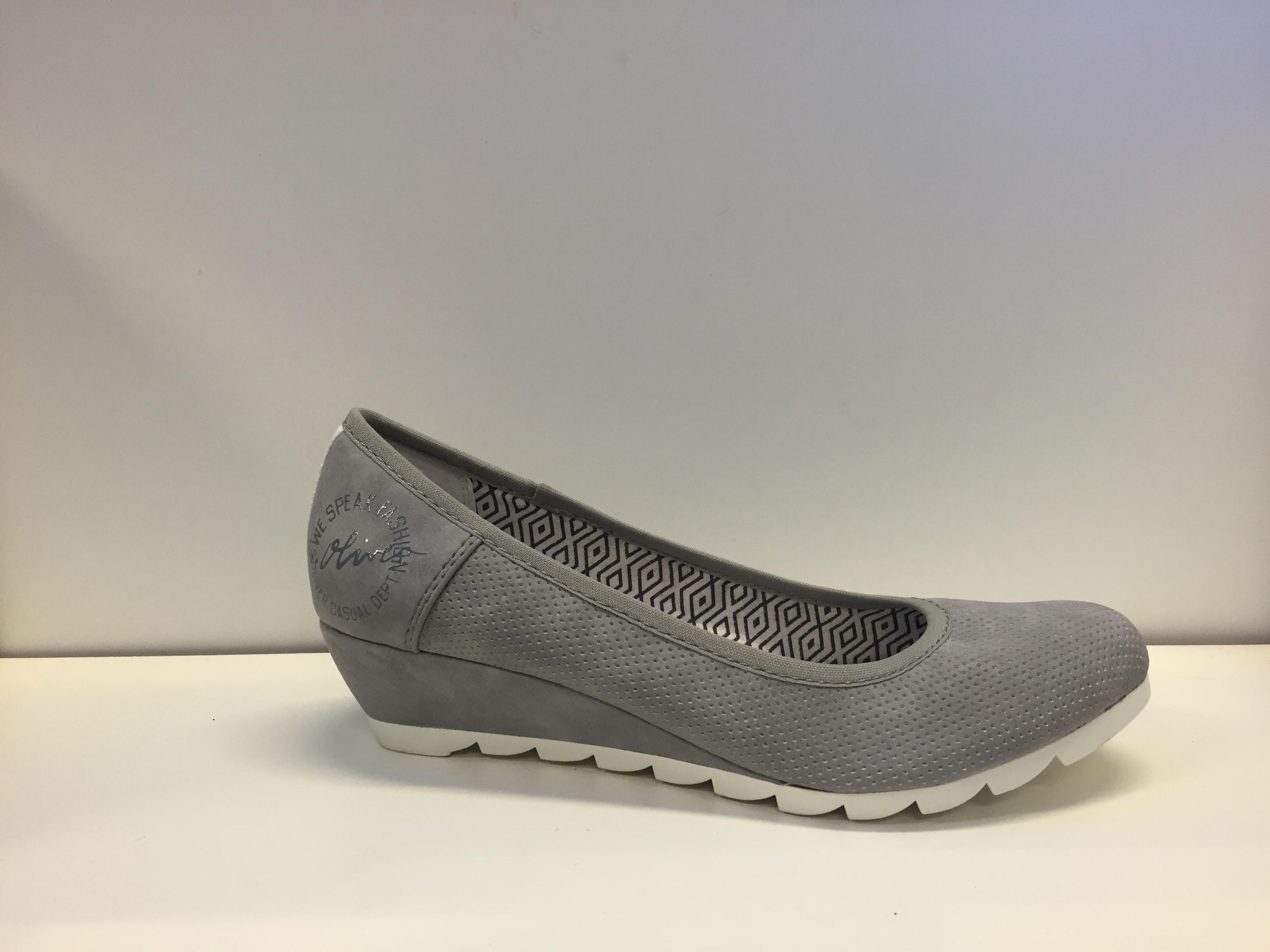 21ec6cb1dfc Ljusgrå sko med kilklack.