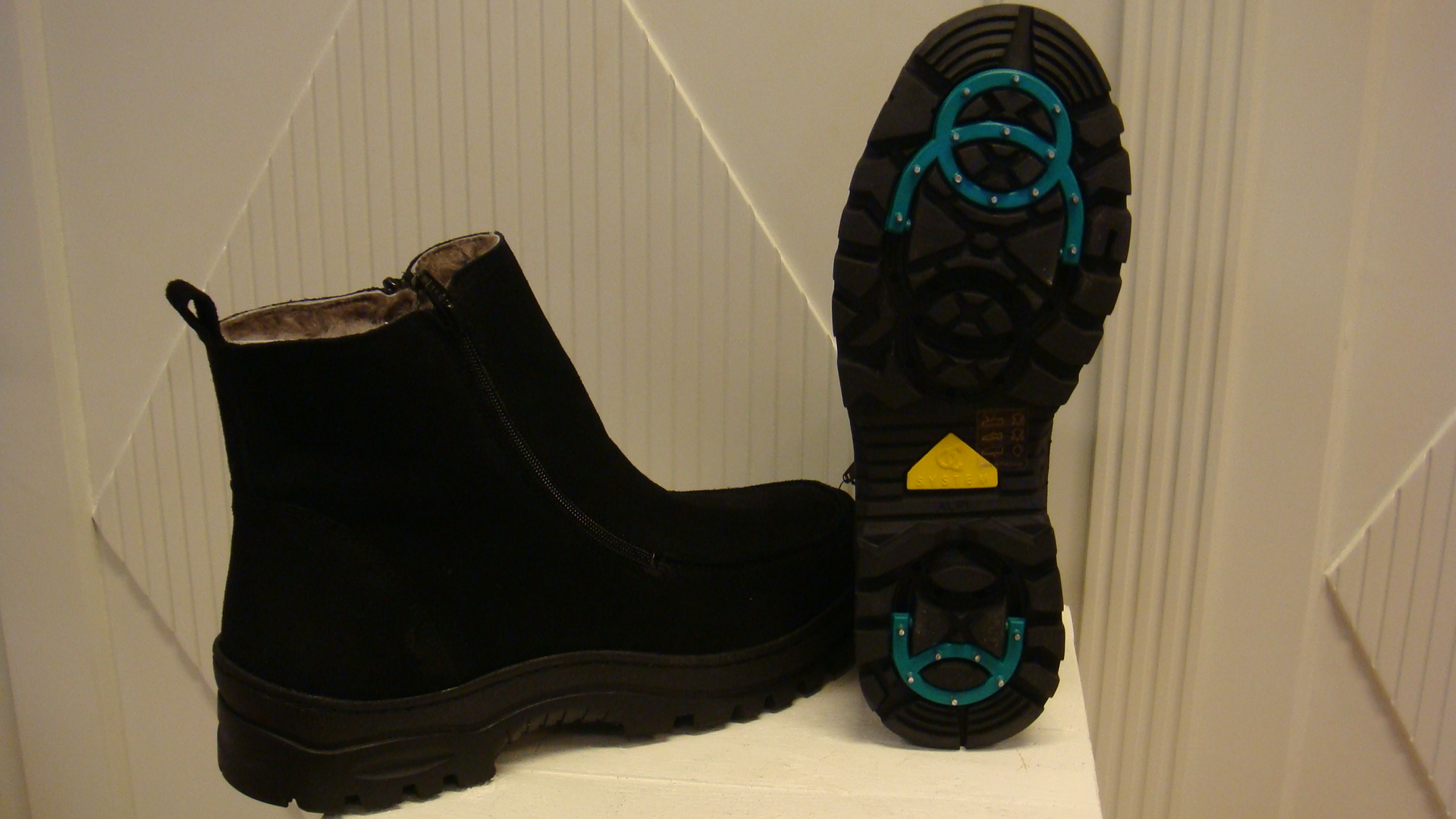skor med inbyggda utfällbara broddar