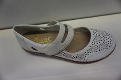 Slejf-sko i vitt skinn. Märke: Rieker