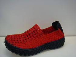 Röd hel sko, gjord av resår, mjuk och skön med svikt.