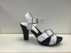 Sandalett i vitt skinn. Klack 9 cm.
