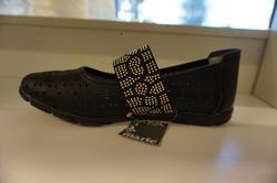 """Svart ballerina-sko. """"Sköna Marie"""" Resår med pärlor över vristen."""
