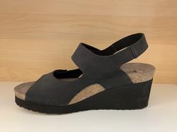 Svart skinnsandal  MEPHISTO. Air-Relax innersula. Kardborband. Kilklack 7 cm, men skorna känns inte så höga, jättesköna.