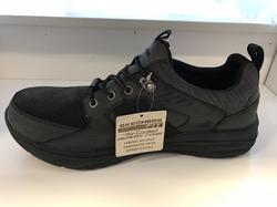 SKECHERS Herr sko i skinn och textil, med resår istället för snörning. Memory Foam/Air Cooled innersula.  Svart/mörkgrå. Bred läst.